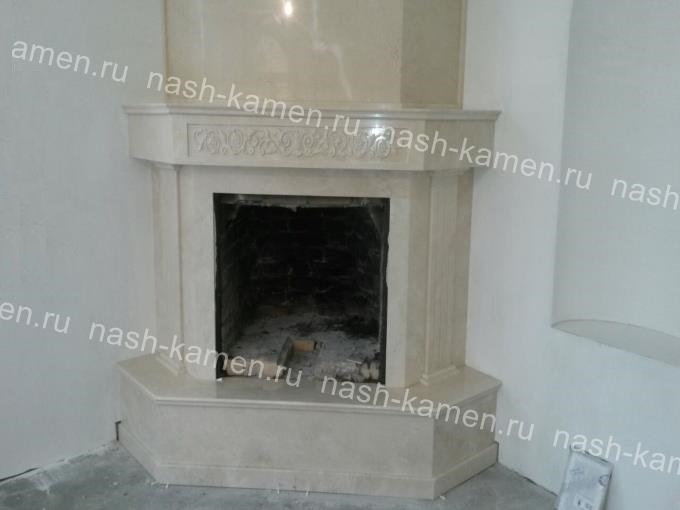 Мраморный камин с облицовкой дымохода