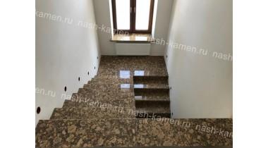 Лестница из гранита «Джиалло Фиоритто» (коричневый, Бразилия)