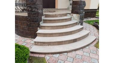 Радиальная лестница из термообработанного гранита «Куртинский» бежево-коричневого цвета