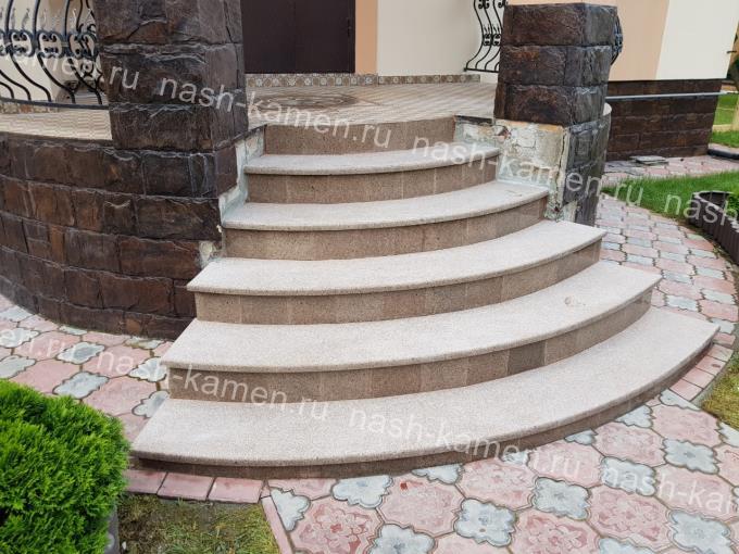 Радиальная гранитная лестница для частного дома