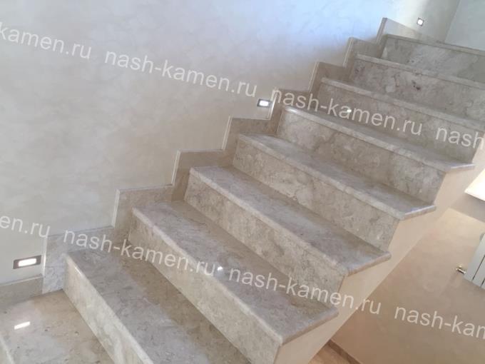Мраморная лестница с подсветкой