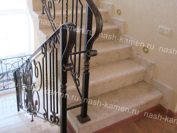 Лестница в доме со ступенями из мрамора Крема Нова и галошницей по стене