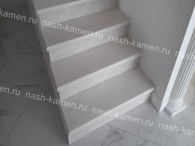 Лестница для дома белая мрамор Полоцкий