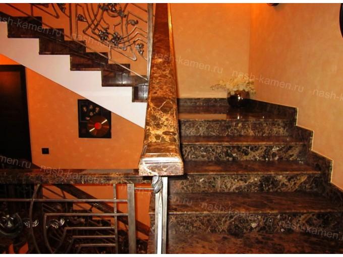 Мраморная лестница в доме (мрамор Имперадор Дарк)