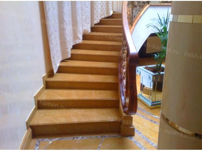 Лестница из травертина в частный дом