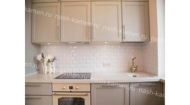 Столешница переходящая в подоконник на кухню из кварцевого агломерата Самсунг «Marblelucemlake» (белый Корея)