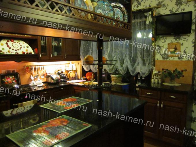 Столешница в кухню насыщенного черного цвета