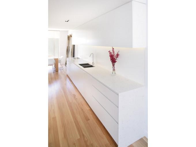 Столешница на кухню из кварца White Marble