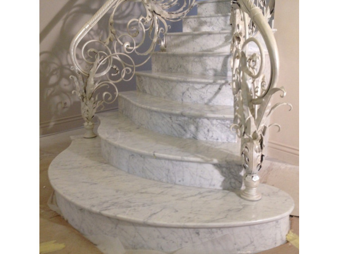 Лестница из натурального мрамора Bianco Carrara