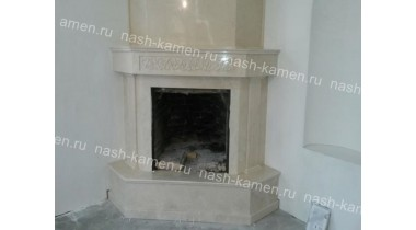 Камин из мрамора Crema Marfil с облицовкой дымохода