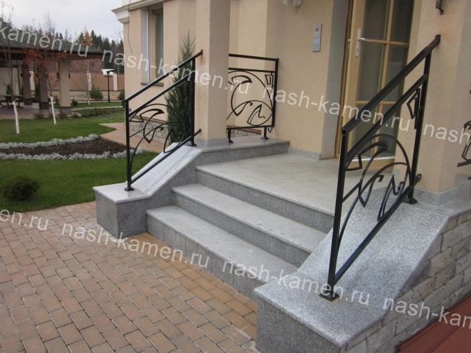 Лестница из гранита Royal White светло-серого цвета
