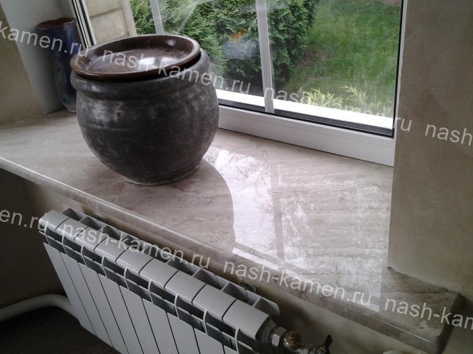 Подоконник из натурального камня (мрамор) бежевого цвета