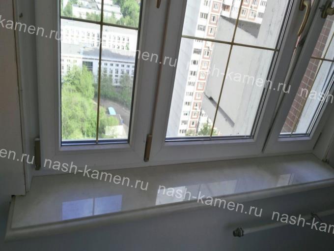 Подоконник для гостиной из натурального мрамора белого цвета