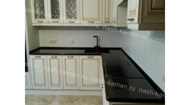 Кухонная столешница с плинтусом из гранита Блэк Гэлакси
