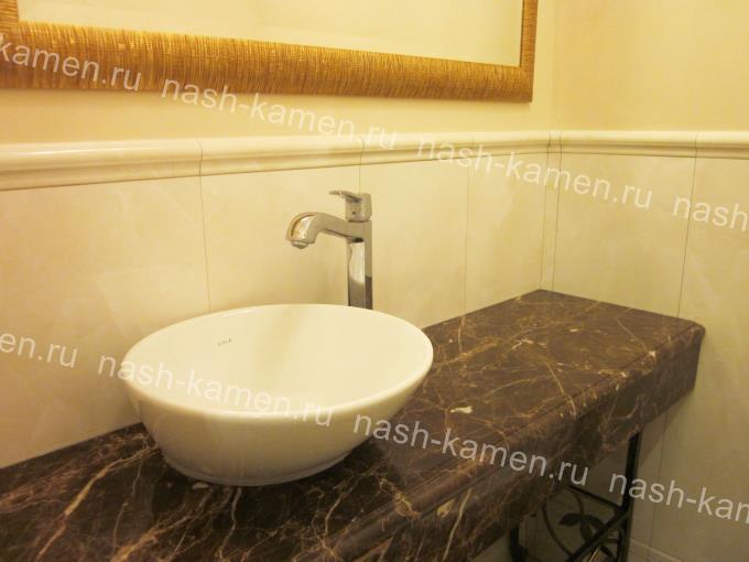 Столешница в ванную с нижним фартуком из мрамора Dark Emperador