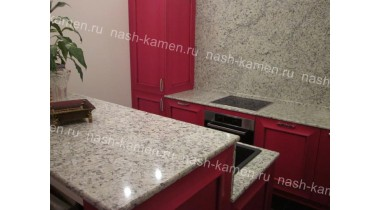Столешница на кухню из бежевого гранита Джиало Орнаментал