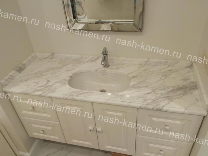 Белая мраморная столешница под умывальник в ванную из Volakas
